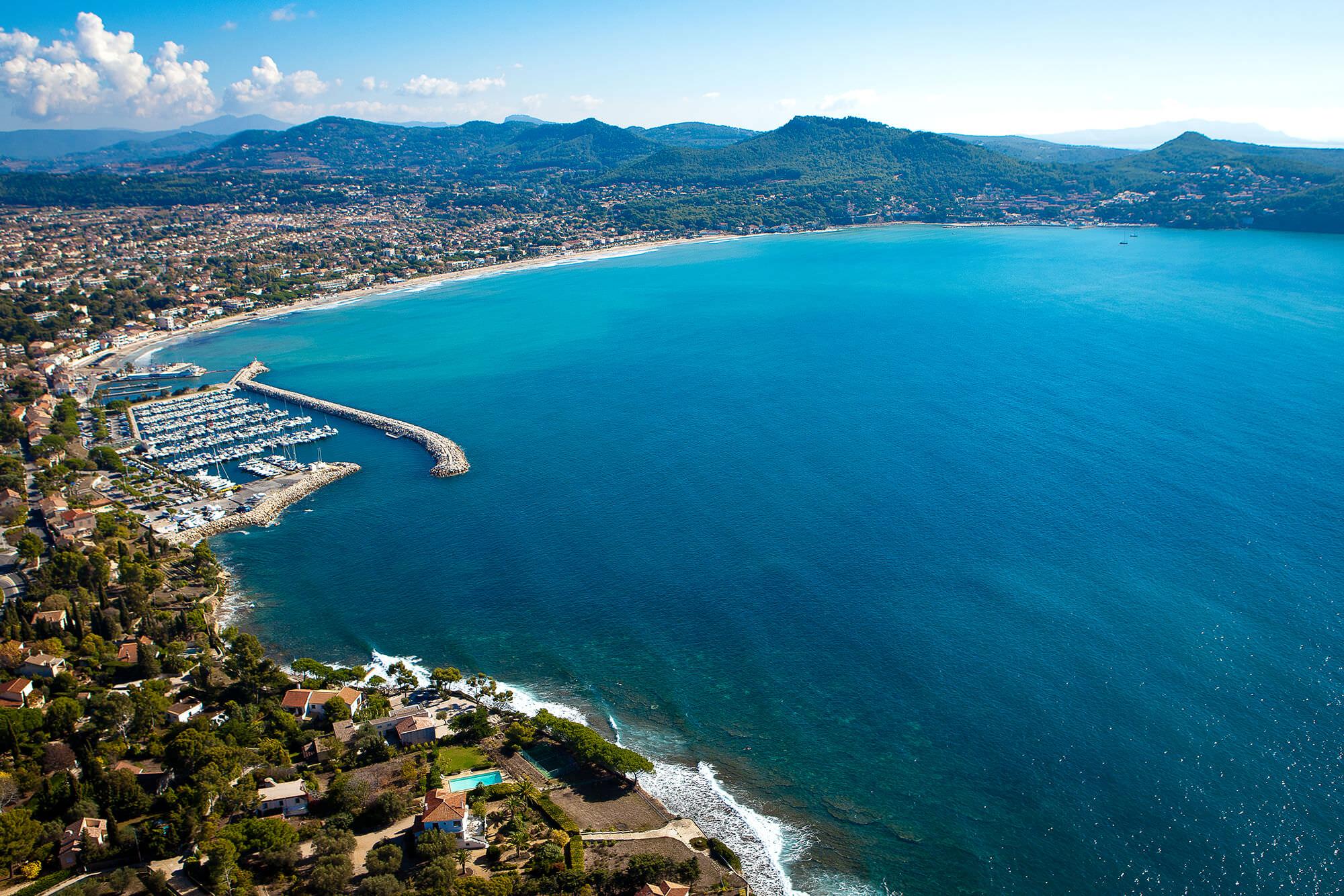Vue aérienne de la baie des Lecques