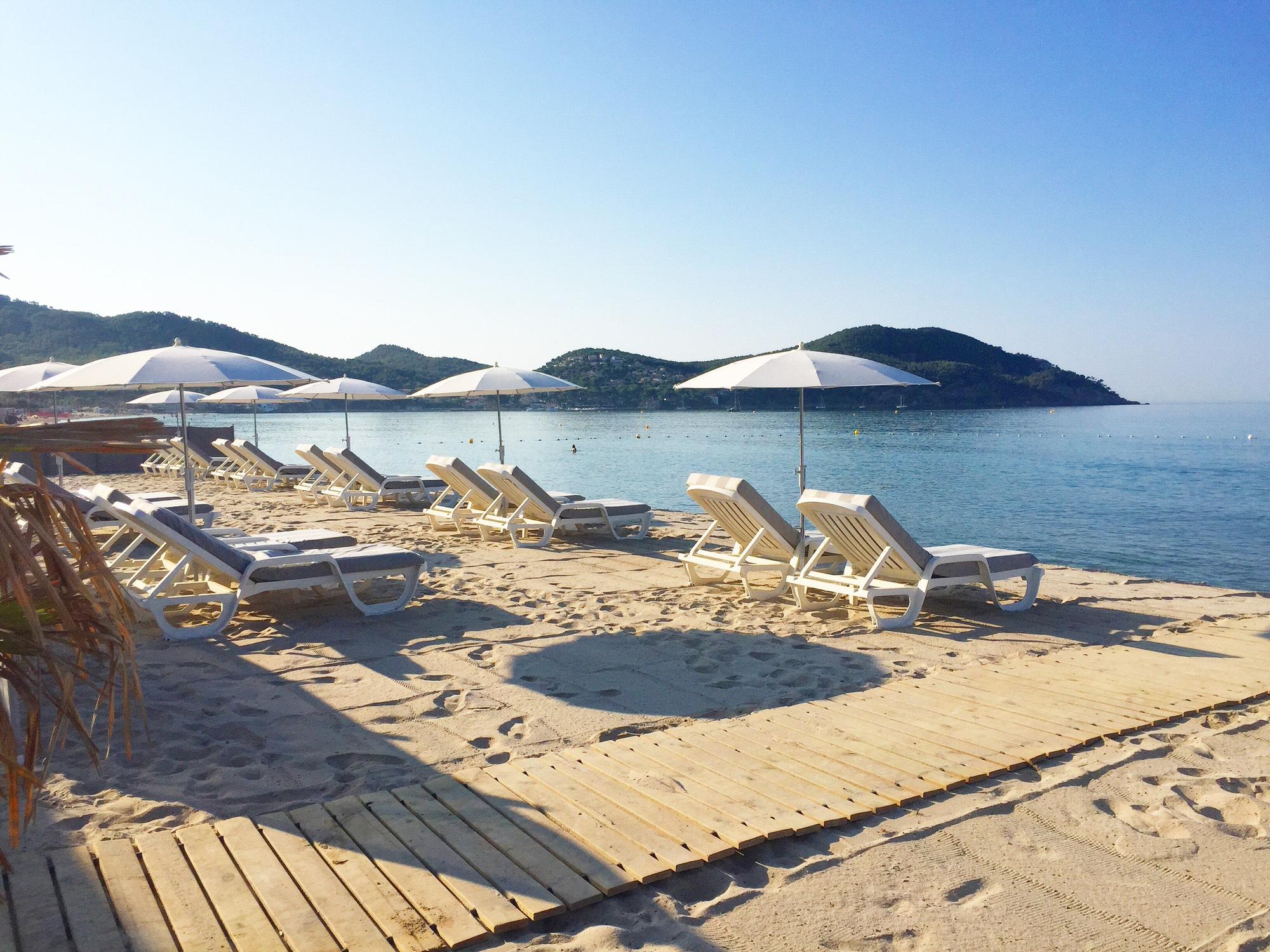 transats avec vue mer sur la plage des Lecques