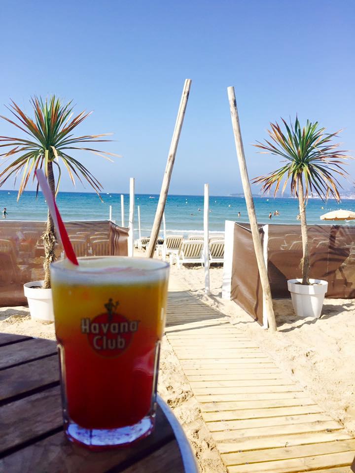 cocktail sur la plage d'un établissement de bain